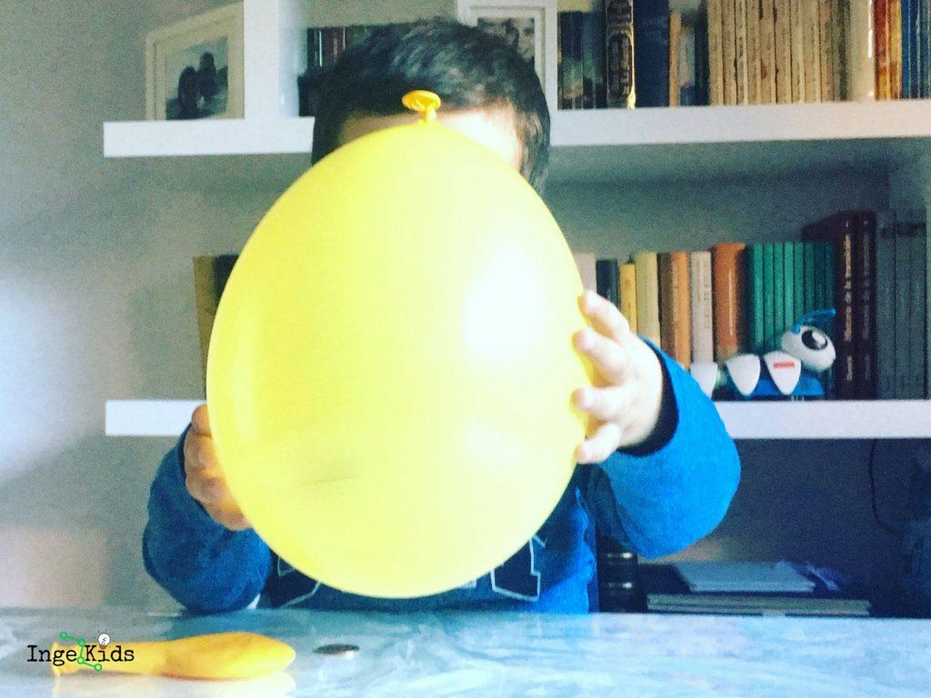 experimento niños globo moneda
